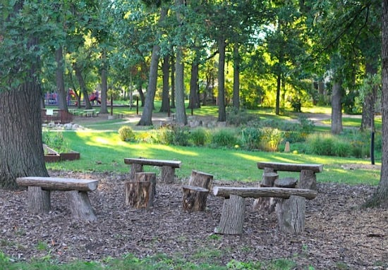 log benches in outdoor classroom | Artchoo.com