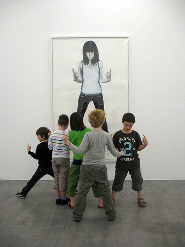 kids looking at art | Artchoo.com