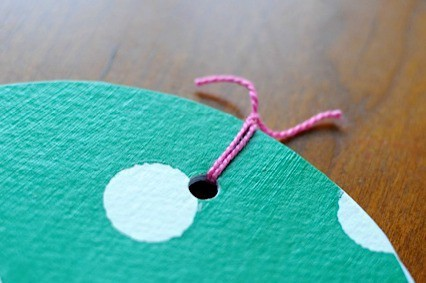 Fastening the mini cirlce book • Artchoo.com
