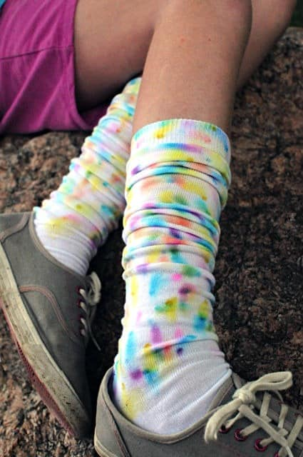 DIY faux tie dye socks project- using permanent markers and alcohol • Artchoo.com