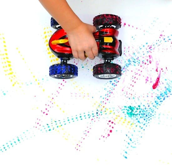 Painting with toy car tires • Artchoo.com